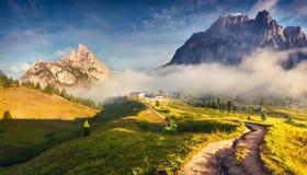 Fantastisch de zomerlandschap in Dolomietalpen stock fotografie