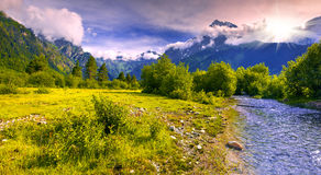 Fantastisch landschap met een blauwe rivier in de bergen Royalty-vrije Stock Afbeelding