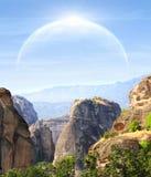 Fantastisch landschap met planeet royalty-vrije stock afbeeldingen