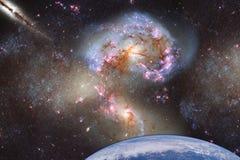 Fantastisch landschap van ruimte met een planeet op een achtergrond van melkwegen met een bezinning van de stralen van de zon Ele royalty-vrije stock afbeeldingen