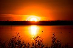 Fantastisch landschap, veelkleurige hemel over het meer Majestueuze Zonsopgang Gebruik als achtergrond Royalty-vrije Stock Foto's