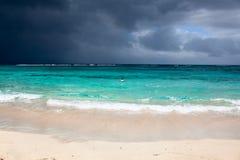 Fantastisch wolkencontrast op caribean strand Stock Afbeeldingen