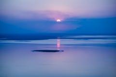 Fantastisch zeegezicht met koele zonsondergangachtergrond met bezinning o Royalty-vrije Stock Foto's