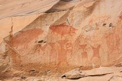 Fantastische alte Malereien auf Sandsteinklippe, 3.000 Jährige Szene in den Malereien umfassen der Riese Mekong-Wels, Elefanten, lizenzfreies stockfoto