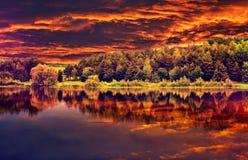 Fantastische Ansicht des dunklen bewölkten Himmels, reflektiert im Wasser in der drastischen und malerischen Abendszene des Fluss Lizenzfreie Stockfotografie