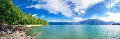 Fantastische Ansicht des Harrison Lake-Natursommers Stockbilder