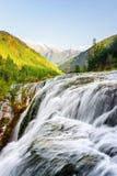Fantastische Ansicht des Perlen-Massen-Wasserfalls unter Bergen Stockbild