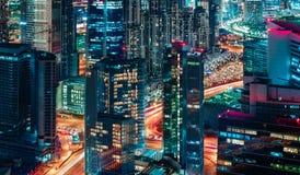 Fantastische Ansicht einer großen modernen Stadt bis zum Nacht Dubai, Arabische Emirate Stockbilder