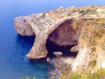 Fantastische Ansicht einer Höhle hergestellt durch Meereswellen in IL-Qrendi, Malta stockfotos
