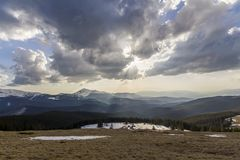 Fantastische Ansicht enormen weißen dunklen Unheil verkündenden stürmischen Wolke coveri lizenzfreie stockfotografie