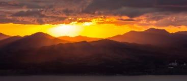 Fantastische Ansicht vom Berg Hakodate: Sonnenuntergang am Berg Yokotsu Yokotsudake und am Berg Shoji Shojiyama, Hakodate, Hokkai Lizenzfreies Stockfoto