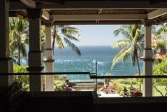 Fantastische Ansicht von einem Ozean oder von Meer von einem tropischen Garten Stockfotos