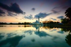 Fantastische Ansicht während des Sonnenuntergangs von Moschee Tengku Tengah Zaharah im terengganu Malaysia lizenzfreies stockbild