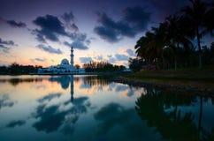 Fantastische Ansicht während des Sonnenuntergangs von Moschee Tengku Tengah Zaharah im terengganu Malaysia lizenzfreies stockfoto
