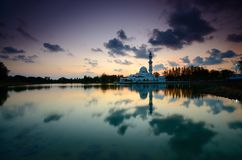 Fantastische Ansicht während des Sonnenuntergangs von Moschee Tengku Tengah Zaharah im terengganu Malaysia stockfoto