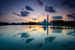 Fantastische Ansicht während des Sonnenuntergangs von Moschee Tengku Tengah Zaharah im terengganu Malaysia lizenzfreie stockfotografie