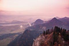 Fantastische Berglandschaft, surrealer rosa und purpurroter Himmel, das m stockbild