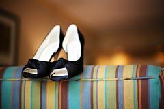 Fantastische blaue Fersen auf einer Couch stockfotografie