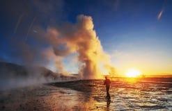 Fantastische de geiseruitbarsting van zonsondergangstrokkur in IJsland Stock Afbeelding