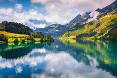 Fantastische de zomerochtend op Lungerersee-meer stock foto's
