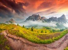 Fantastische de zomerzonsopgang op de Tofane-bergketen Royalty-vrije Stock Foto's