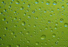 Fantastische grüne Tropfen des Wassers auf Glas stockbild