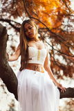 Fantastische jonge vrouw de mooie fee van het fantasiemeisje met witte lange kleding in winderig de herfstpark royalty-vrije stock fotografie