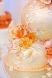 Fantastische köstliche weiße und gelbe Hochzeitstorte Lizenzfreie Stockfotos