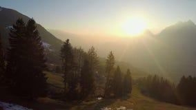 Fantastische Landschaft, Gebirgsschattenbilder, magische Stunde, schöner Sonnenuntergang, Natur stock footage