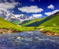 Fantastische Landschaft mit einem blauen Fluss Stockbilder