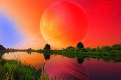 Fantastische Landschaft mit großem Planeten über ruhigem Fluss Stockbild