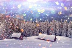 Fantastische Landschaft mit schneebedecktem Haus lizenzfreie stockfotografie