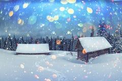 Fantastische Landschaft mit schneebedecktem Haus stockbilder