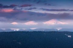 Fantastische Landschaft von Winterbergen bei Sonnenaufgang Stockbilder