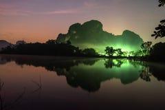 Fantastische landschapsmeer en bergen in de nacht met sterrige achtergronden Verlichting van dorp voor de berg Zonsopgang stock afbeeldingen