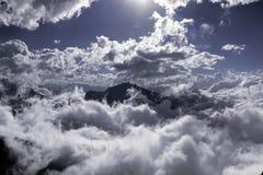 Fantastische lichten in de wolken tussen rotsachtige bergen Royalty-vrije Stock Afbeelding