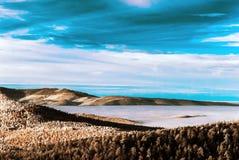 Fantastische lucht infrarode mening van berglandschap met overzees van Royalty-vrije Stock Fotografie