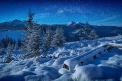 Fantastische melkachtige manier in een sterrige hemel boven de bergen Royalty-vrije Stock Foto's