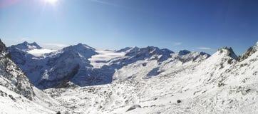 Fantastische mening bij de aankomst van de kabelbaan Presena aan de gletsjer Adamello, Lobbie, Presanella en Pian Di Neve stock foto's