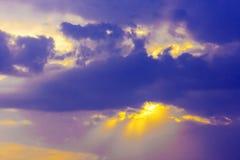 Fantastische mening van de donkere donkere hemel Dramatische en schilderachtige ochtendscène Royalty-vrije Stock Foto