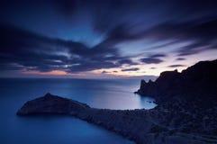 Fantastische mening van de donkere donkere hemel Dramatische ochtendscène Kalme overzeese mening Stock Afbeeldingen