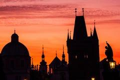 Fantastische mening van de Heilige Francis van de Kerk van Assisi Plaats beroemde plaats Charles Bridge Karluv Most en kleinere s stock foto