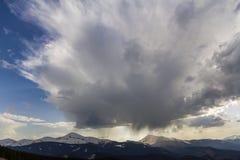 Fantastische mening van reusachtige witte donkere coveri van de voorteken stormachtige wolk royalty-vrije stock fotografie