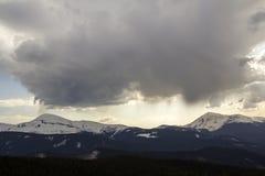Fantastische mening van reusachtige witte donkere coveri van de voorteken stormachtige wolk royalty-vrije stock foto's