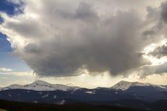 Fantastische mening van reusachtige witte donkere coveri van de voorteken stormachtige wolk stock foto