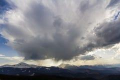 Fantastische mening van reusachtige witte donkere voorteken stormachtige wolk die blauwe hemel laag over bergen Hoverla en Petros stock foto's