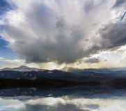 Fantastische mening van reusachtige witte donkere voorteken stormachtige wolk die blauwe hemel laag over bergen Hoverla en Petros royalty-vrije stock fotografie