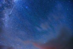 Fantastische meteoordouche en de snow-capped bergen Stock Afbeeldingen