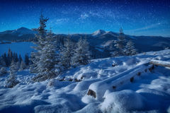 Fantastische Milchstraße in einem sternenklaren Himmel über den Bergen lizenzfreie stockfotos