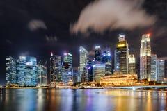Fantastische Nachtansicht von Wolkenkratzern durch Marina Bay, Singapur stockbilder